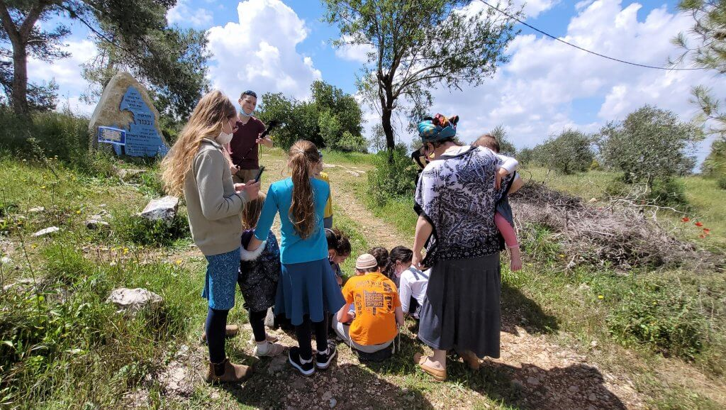 משפחה משחקת במשחק הניווט הדיגיטלי - ניווט ישראל